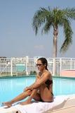 Mädchen und Pool lizenzfreies stockbild