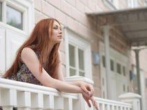 Mädchen und Portal des Hauses Lizenzfreies Stockfoto