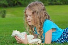 Mädchen und Puppe lizenzfreie stockfotos