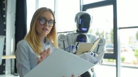 Mädchen und Robotermaschine, die Dokumente besprechen stock video