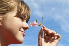 Mädchen und rosafarbene Blume Stockbilder