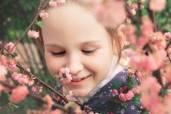 Mädchen und rosafarbene Blumen Lizenzfreie Stockfotos