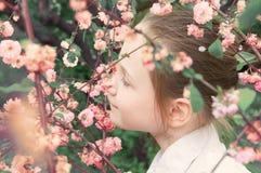 Mädchen und rosafarbene Blumen Lizenzfreies Stockfoto