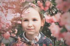 Mädchen und rosafarbene Blumen Stockfoto