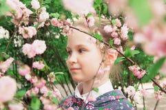 Mädchen und rosafarbene Blumen Lizenzfreie Stockbilder