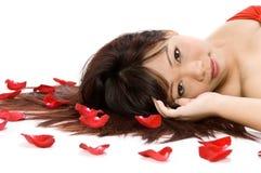 Mädchen und Rosen-Blumenblätter Lizenzfreie Stockfotografie