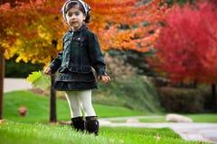 Mädchen und rote Herbstbäume Stockfotografie