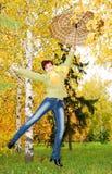 Mädchen und roter Regenschirm im Herbst parken. stockbilder