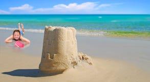 Mädchen-und Sand-Schloss durch schönen Ozean Lizenzfreie Stockbilder