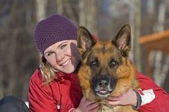 Mädchen und Schäferhund stockbilder