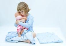 Mädchen und Schätzchen - Puppe Lizenzfreies Stockfoto