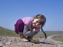 Mädchen und Schildkröte Stockbild