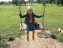 Mädchen und Schwingen Stockfotografie