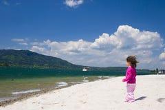 Mädchen- und Seeküste Stockfoto