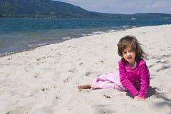 Mädchen- und Seeküste Stockfotografie