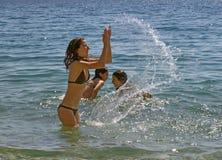 Mädchen und Seespritzen Lizenzfreies Stockbild