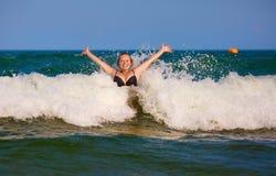 Mädchen- und Seewelle lizenzfreie stockfotos