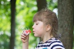 Mädchen und Seifenblasen stockbilder