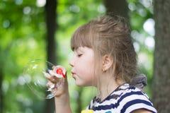Mädchen und Seifenblasen lizenzfreies stockbild