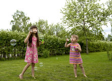 Mädchen und Seifenluftblasen stockbilder
