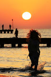 Mädchen und Sonnenaufgang stockfotografie