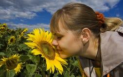 Mädchen und Sonnenblume Lizenzfreie Stockfotografie