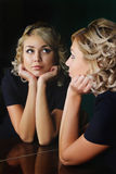 Mädchen und Spiegel Stockfotos
