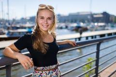 Mädchen- und Stadthafen stockfoto