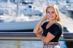 Mädchen- und Stadthafen stockfotografie