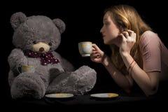 Mädchen und Teddybär Stockfotografie