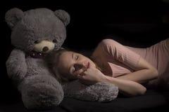 Mädchen und Teddybär Lizenzfreie Stockfotos