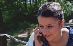 Mädchen und Telefone Stockfotos