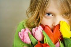Mädchen und Tulpen Stockbild