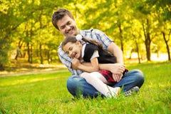 Mädchen und Vater draußen stockfoto
