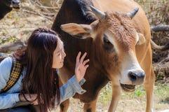 Mädchen und Vieh Lizenzfreies Stockbild