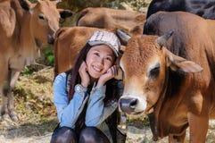 Mädchen und Vieh Stockfotografie