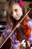 Mädchen und Violine lizenzfreie stockfotografie