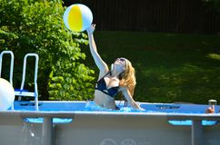 Mädchen-und Wasserball lizenzfreie stockfotografie