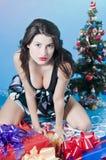 Mädchen-und Weihnachtsgeschenke Stockbilder
