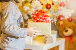 Mädchen- und Weihnachtsverzierungen lizenzfreies stockbild