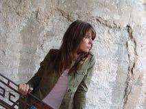 Mädchen und Weinlese-Wand Stockfotos