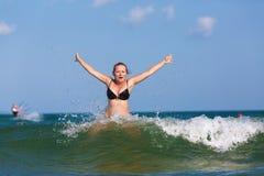 Mädchen und Welle stockfotografie