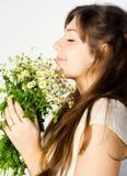Mädchen und Wildflowers stockfotos