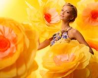 Mädchen unter Blumen Lizenzfreies Stockbild