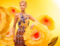 Mädchen unter Blumen Lizenzfreie Stockfotos