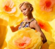 Mädchen unter Blumen Lizenzfreie Stockfotografie