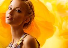Mädchen unter Blumen Lizenzfreie Stockbilder