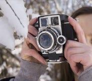 Mädchen unter dem Schnee im Winter Stockbilder
