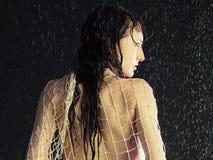 Mädchen unter einem Regen lizenzfreie stockfotos