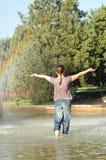 Mädchen unter Regenbogen Stockfoto
